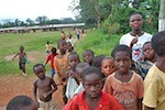 Ansturm der Kinder im Dorf Nsuapimsu