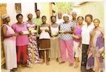 Verteilung von Brillen an die Dorfbewohner Nsuapimsu durch Youth Embassy