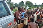 Verteilung von Kinderbekleidungen im Dorf Nsuapimsu