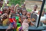 Verteilung von Süßigkeiten im Dorf Nsuapimsu