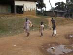 Kamerun / Kinder beim Wasser holen