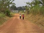 Kamerun / Kinder beim Wasser holen 2