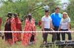 Tansania /  Massai beobachten arbeiten 2