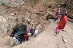 Tansania / Wasser Schoepfen an der Wasserstelle