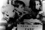 Historisches Care Paket mit Kindern