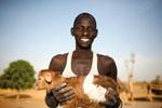 Bauer mit junger Ziege