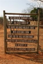 Kenia - Zaun Schild Markierung