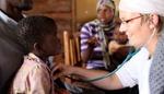 Ärztin Gunver Werringloer bei der Behandlung eines Kindes