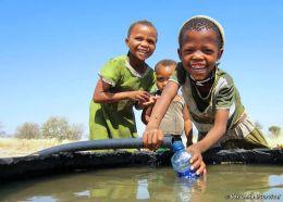 Mädchen spielen mit Wasser