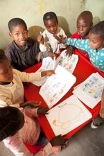 Vorschulkinder malen in Schule