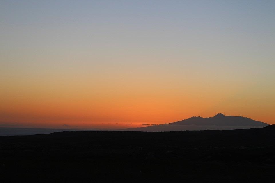 Sonnenuntergang auf der Feuerinsel: Fogo ist die heißeste Insel der Kapverden und ermöglicht abwechslungsreiche Wanderungen in Vulkanlandschaften und durch Nebelwälder. Bild: © Jeimo (pixabay.com), CC0 1.0)