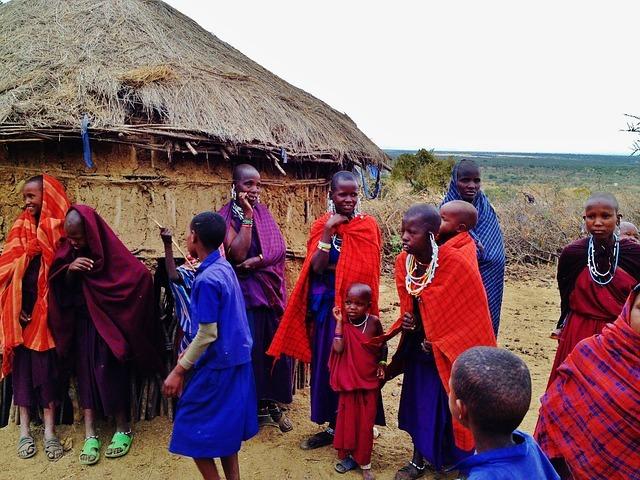 Massai vor Hütte Versammlung
